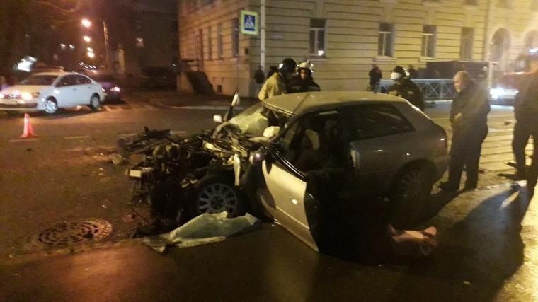 Серьезное ДТП вПетербурге попало навидео: Один изавтомобилей влетел вдом