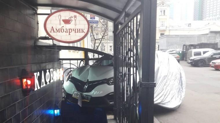 московская автоледи перепутала педали въехала кафе фото