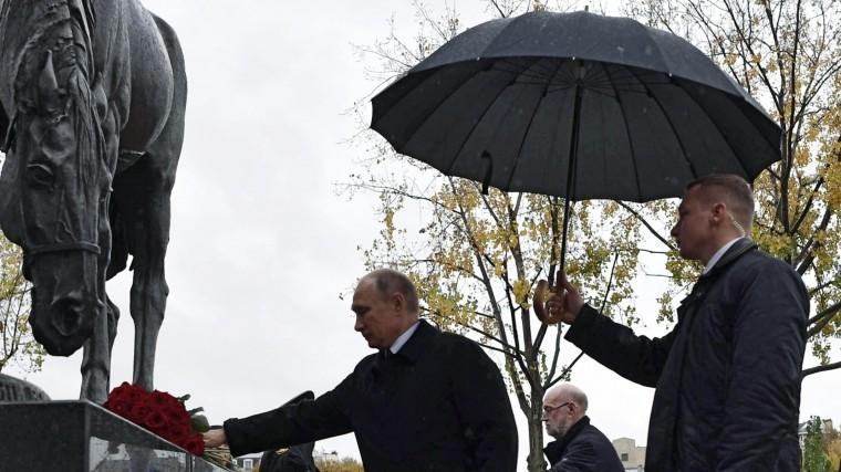 Владимир Путин возложил цветы кпамятнику русским воинам вПариже