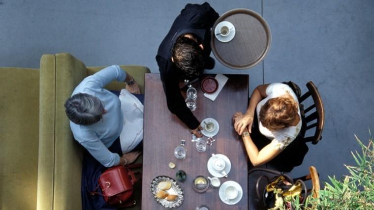 бездомная француженка облила кислотой посетителей кафе