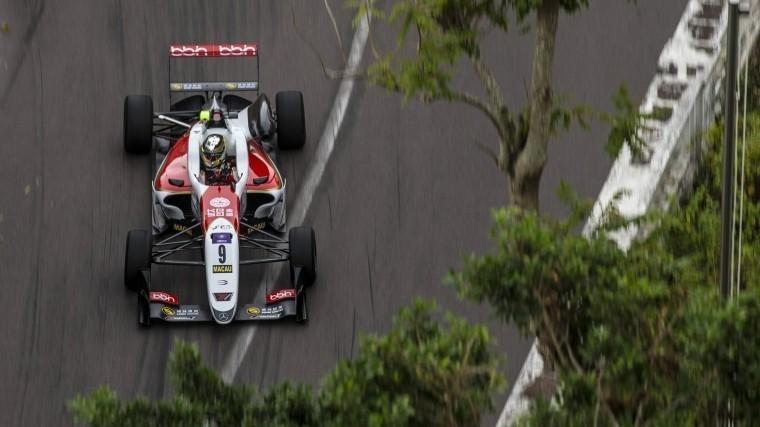 Заезд «Формулы-3» вМакао остановили из-за страшной аварии с17-летней гонщицей
