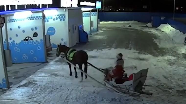 «Вот так встреча!»: Деда Мороза насанях заметили наавтомойке вРостове-на-Дону— видео
