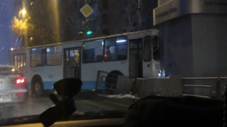 екатеринбурге троллейбус сбил пешехода въехал киоск фото