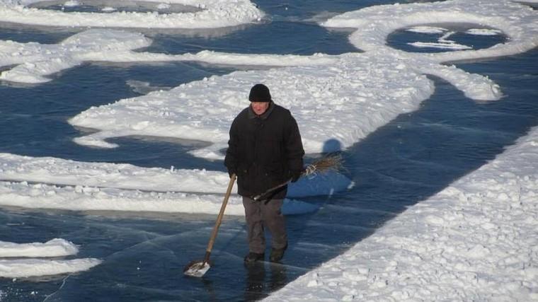 пенсионер создает невероятные картины льду амурской области