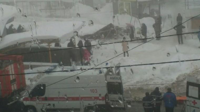 Видео: ВМакеевке под тяжестью снега обрушился павильон, есть пострадавшие