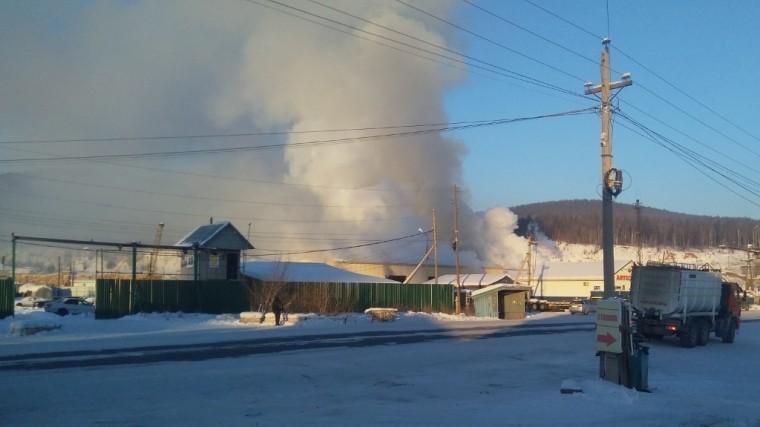 Видео: ВИркутской области горит лесоперерабатывающее предприятие