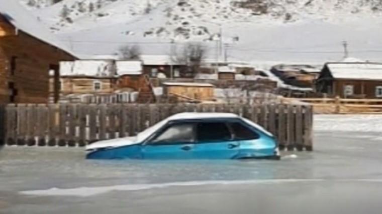 Жуткое зрелище: Алтайская река вышла изберегов, замерзла изамуровала жилые дома