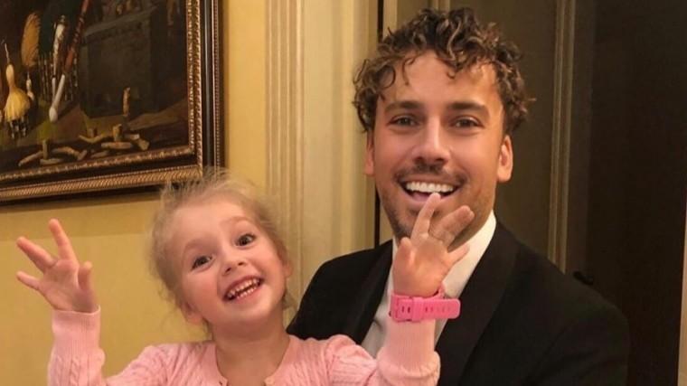 Видео: Максим Галкин рассмешил дочь неудачными попытками запустить самолет