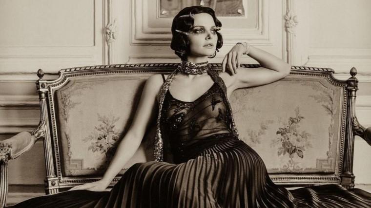 одинокая красивая боярская восхитила поклонников королевским платьем