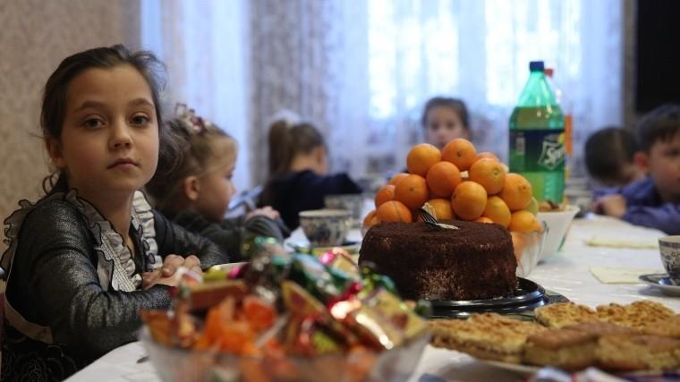 Власти Петербурга наградами ипремиями отметили многодетные семьи города