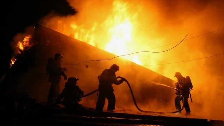 Репортаж: Всю ночь огнеборцы боролись смощным пожаром наскладах вЛенобласти