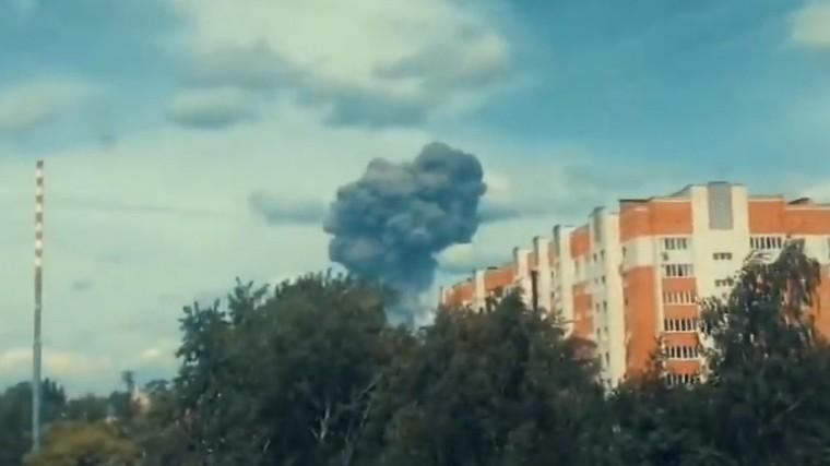 Очевидцы сняли оглушительные взрывы назаводе вДзержинске сблизкого расстояния