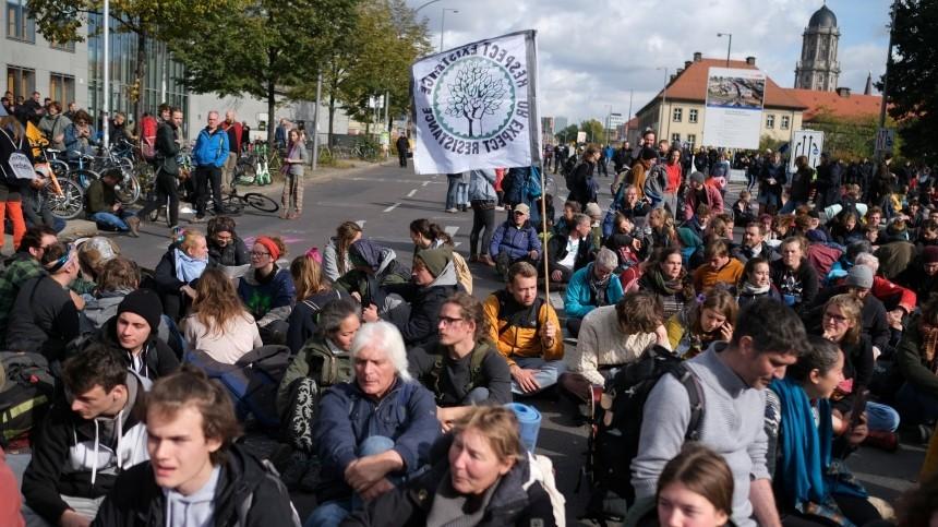 Экологические активисты заблокировали движение наплощади вБерлине