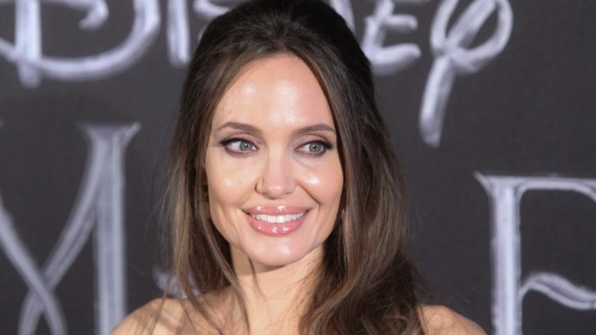 Видео: Публика высмеяла «накладную грудь» Анджелины Джоли