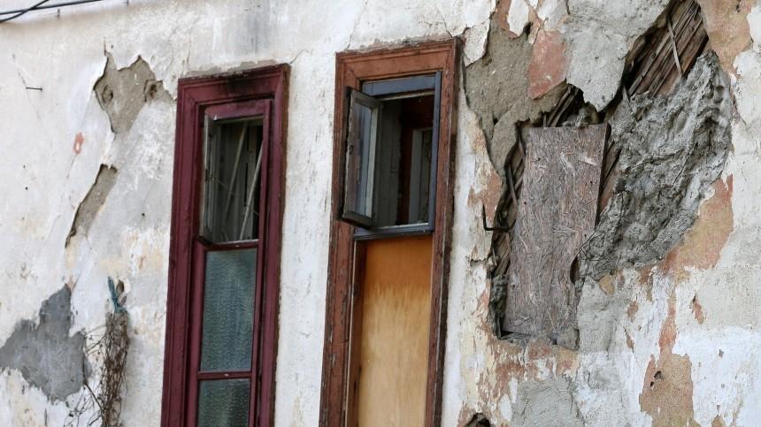 ВКургане жильцы аварийного дома пригласили мэра пожить сними