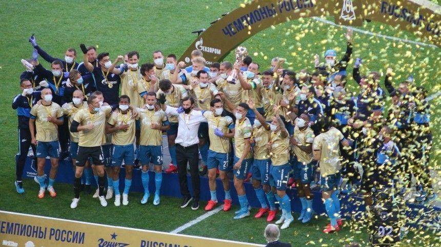 Фанаты «Зенита» устроили огненное шоу наНеве вчесть чемпионства «сине-бело-голубых»