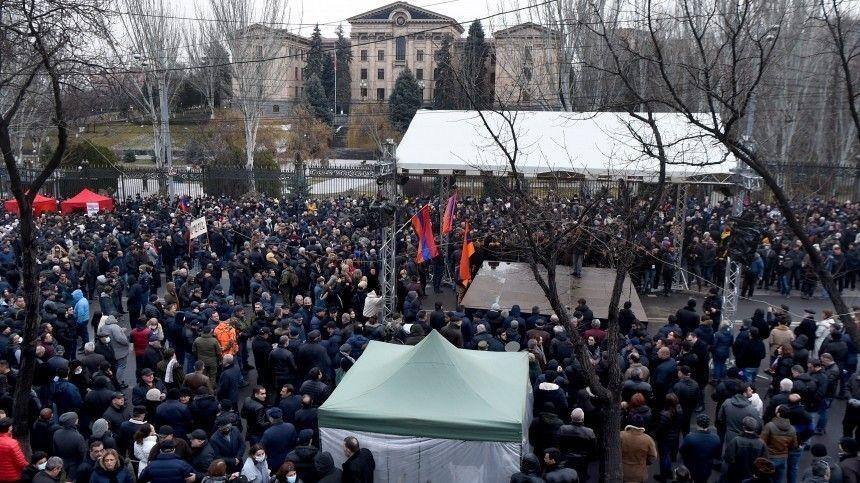 Сторонники ипротивники Пашиняна собрались вЕреване
