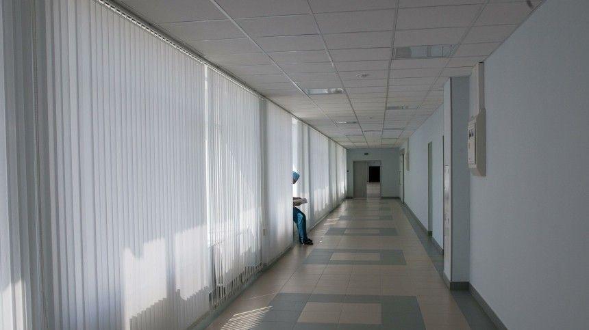 Потолочные балки посыпались наголовы посетителей областной больницы Сахалина