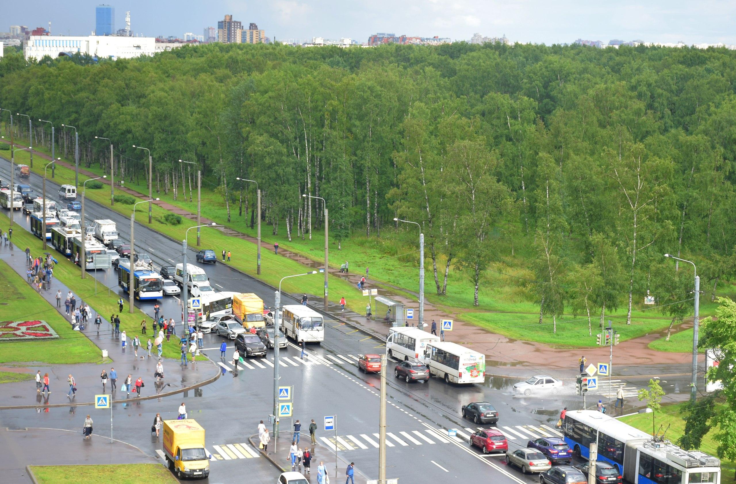 Разбившиеся «всмятку» маршрутка, грузовой автомобиль идва авто перегородили проспект Ветеранов вПетербурге