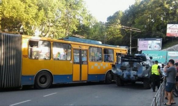 ВТернополе бронемашина врезалась втроллейбус