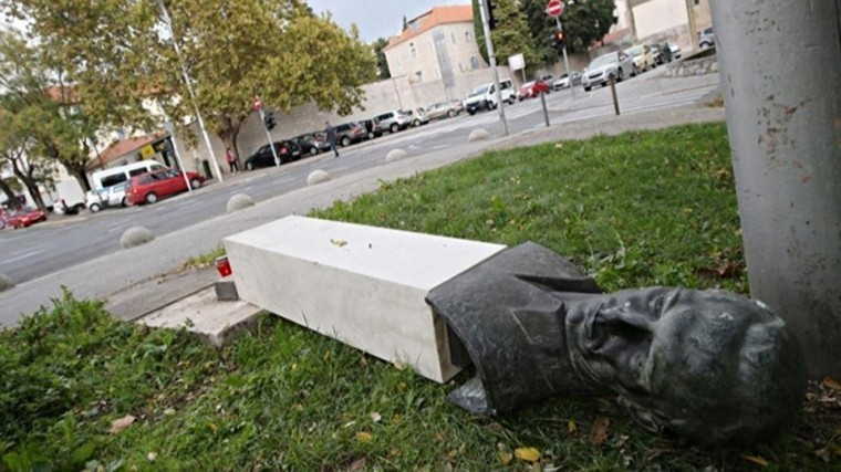 Памятник герою‐антифашисту сломал ногу вандалу вХорватии