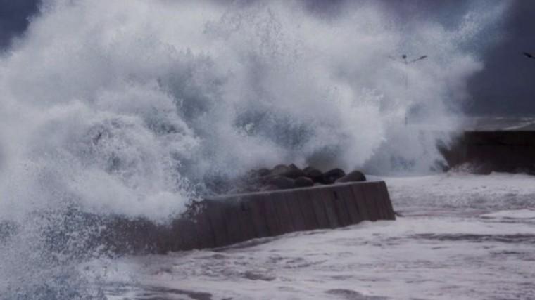 ВНовороссийске из-за урагана ввели режим ЧС
