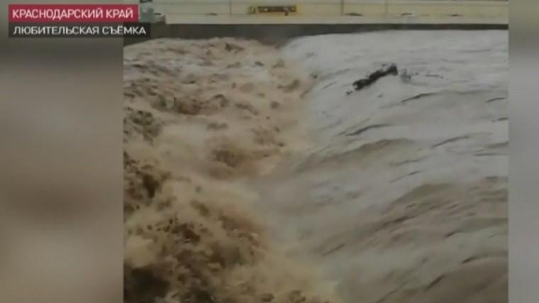 ВНовороссийске жителей попросили невыходить наулицу из-за урагана