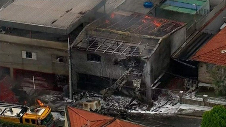Видео: вБразилии самолет упал нажилые дома, есть жертвы