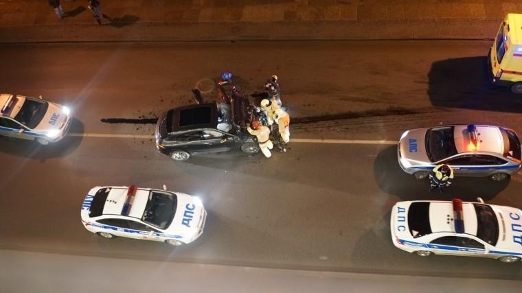 Фото: Люксовый внедорожник влобовую влетел вдвухэтажный автобус уЭрмитажа