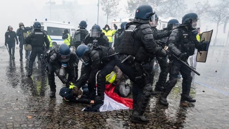 Видео: Более 89 тысяч полицейских мобилизуют воФранции 8декабря