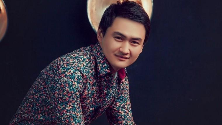 Видео: Казахский певец пнул двух мальчиков насцене иплюнул имврот