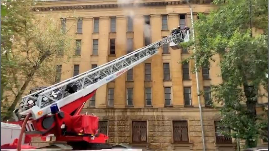 Видео: Пожар вспыхнул вздании Росархива литературы иискусства вМоскве