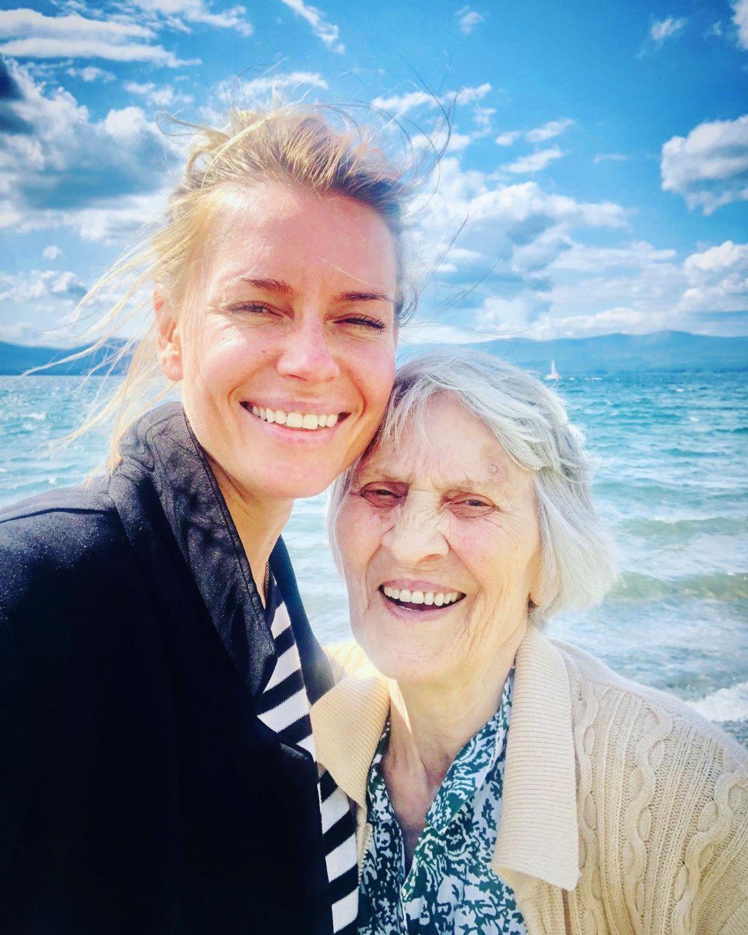 «Документирует бабуленок»: бабушка Толкалиной сняла отдых актрисы наозере