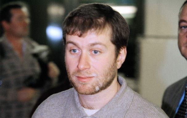 Роман Абрамович осиротел в два года.