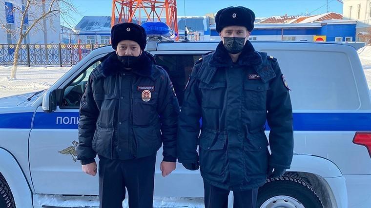 Полицейские помогли вытащить автомобиль из снежного заноса в Тюменской области