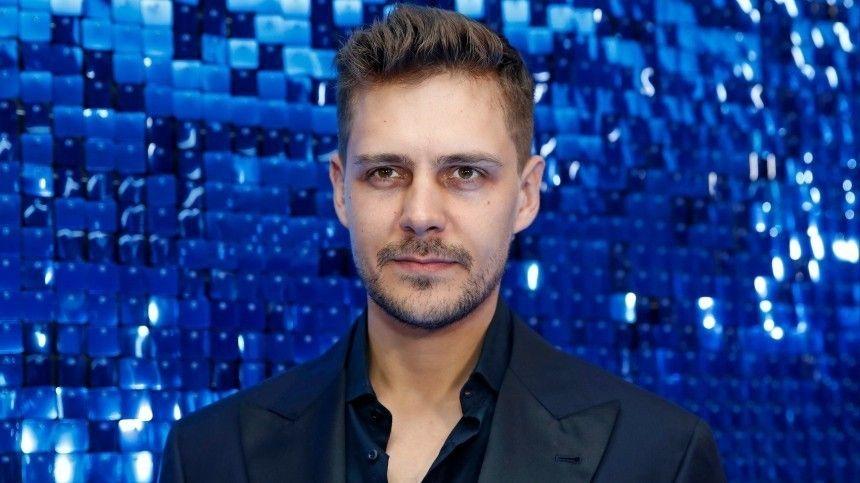 Звезда фильма «Холоп», актер Милош Бикович рассказал оновой роли всериале «Магомаев» ипланах набудущие проекты.