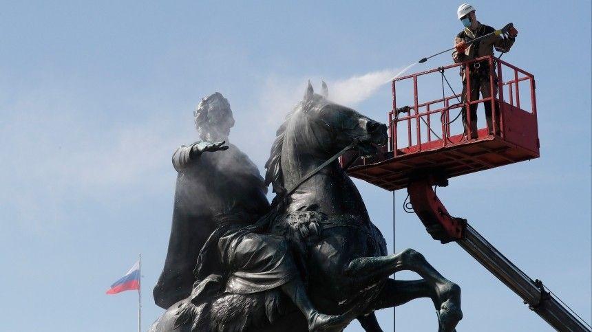 Банный день для императора: Реставраторы Петербурга помыли Медного всадника наСенатской площади