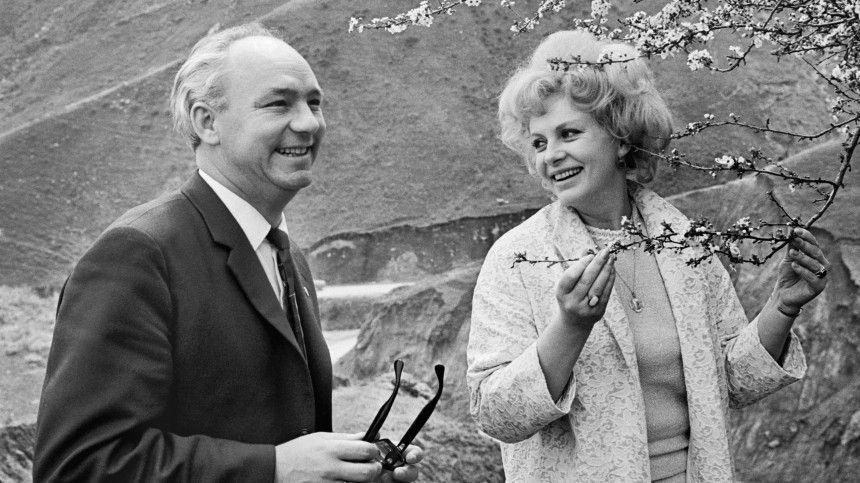Ондобивался еешесть лет, принял счужим ребенком, итерпел интрижки. Ихназывали самой красивой парой советского кино.