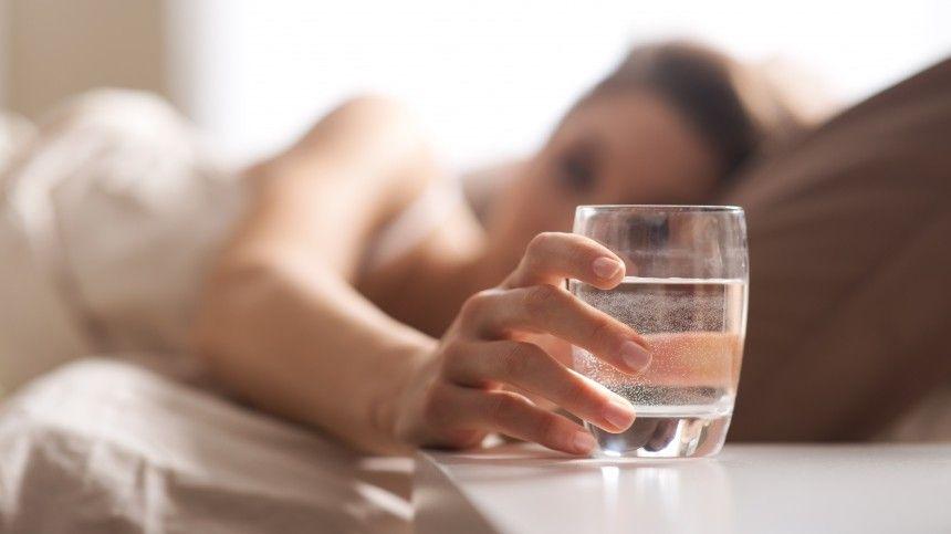 Восполнять водный баланс организма после пробуждения полезно, только если соблюдать ряд правил, предупреждают специалисты.