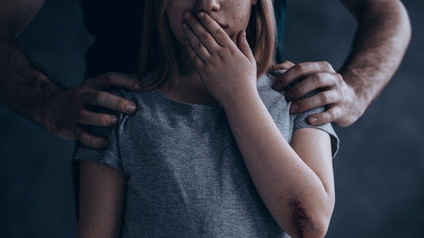 Неизвестный избил и изнасиловал пятилетнюю девочку в Москве