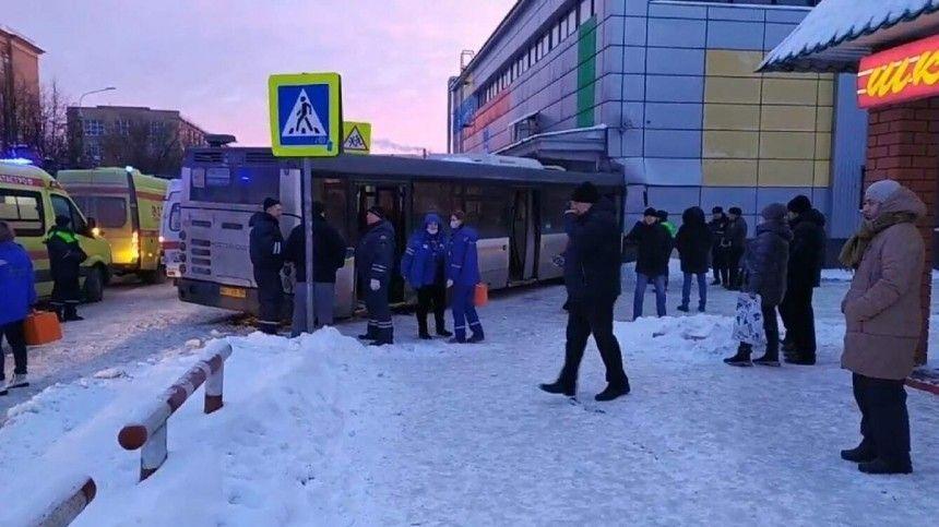 Рейсовый автобус врезался вздание кинотеатра вПодмосковье