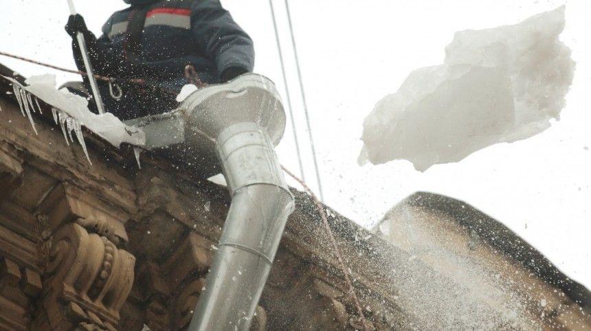 Глыба льда с крыши едва не убила мать с младенцем во Владивостоке  видео