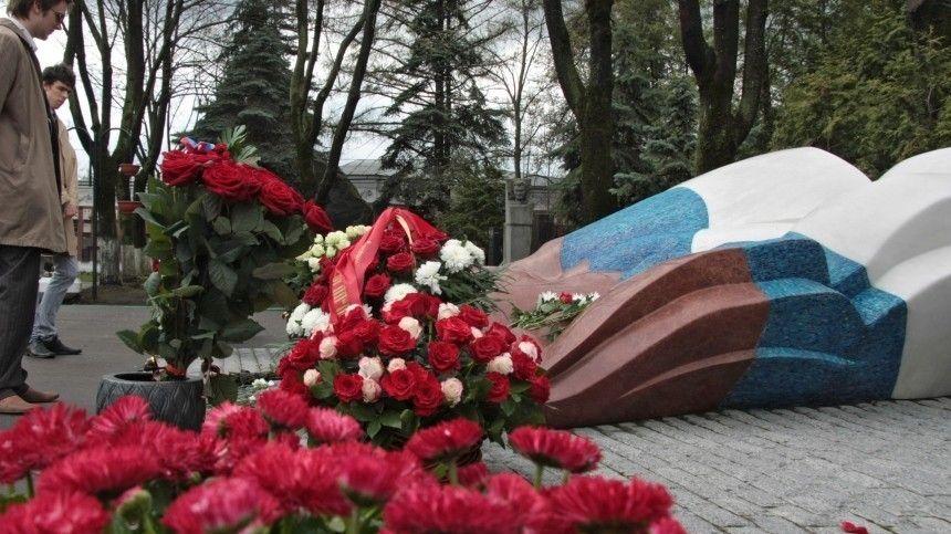 Владимир Путин возложил цветы к могиле Бориса Ельцина  видео