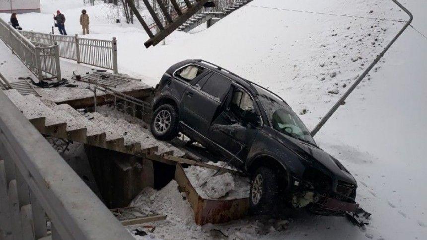 «На ней ни царапинки»: очевидец о водителе авто, рухнувшего на поезд в…
