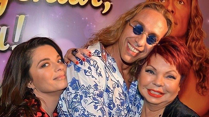 Масла не пожалели : Тарзан выложил фото  -летней мамы Королевой в дерзком…