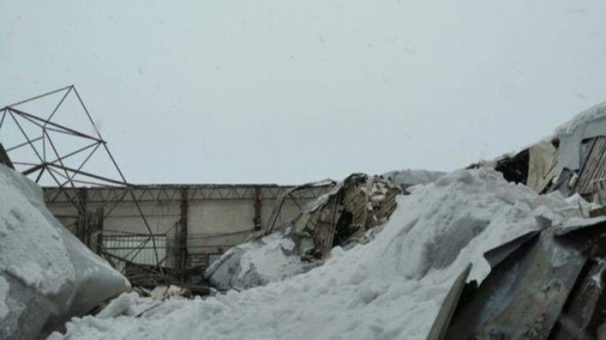 Видео: Тело мужчины вытащили из-под завалов рухнувшего автокомбината под…