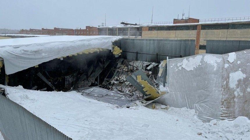 Видео с места обрушения крыши склада в Москве, где погиб…