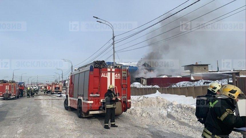Первые кадры с места взрыва резервуаров с топливом в Новой…
