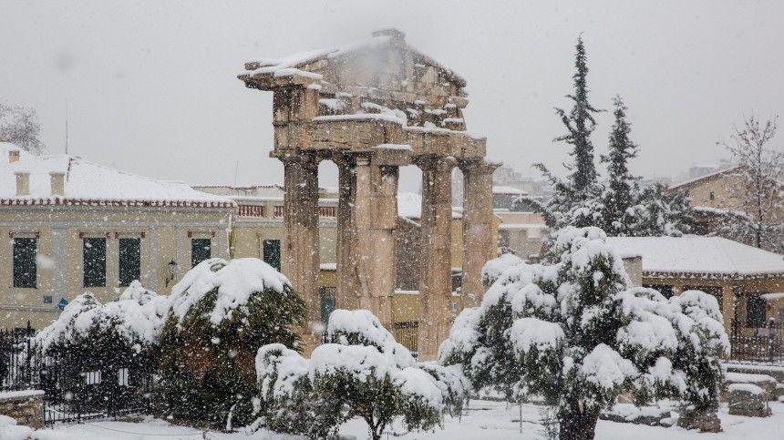 Европу завалило: снегом покрыт Некрополь в Греции, в Амстердаме появились  моржи…
