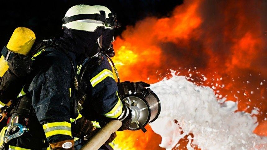 Яркие кадры борьбы пожарных с огнем на складах в…